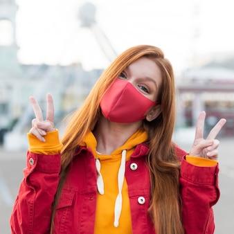 Portret van roodharige vrouw met gezichtsmasker