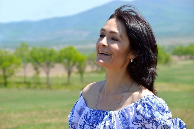 Portret van russische glimlachende vrouw die weg kijkt