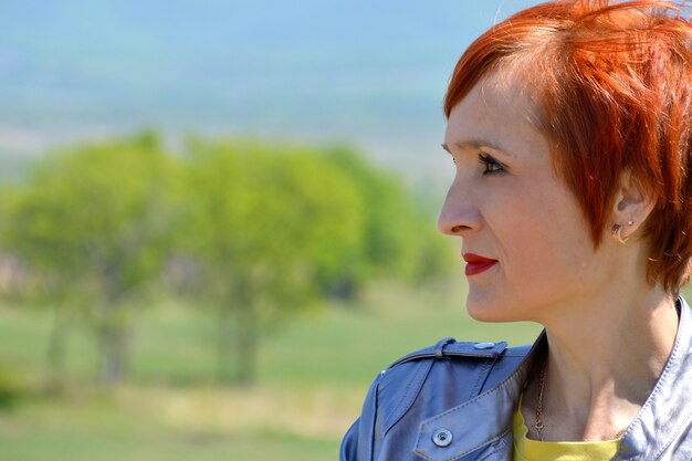 Portret van russische zekere vrouw die links kijkt