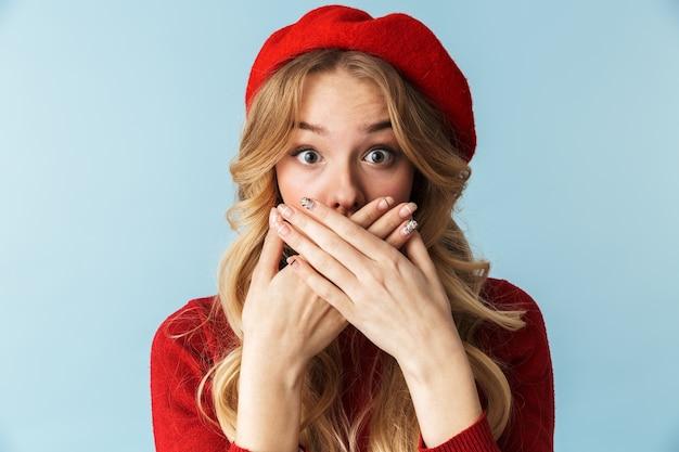 Portret van rustige blonde vrouw 20s met rode baret c