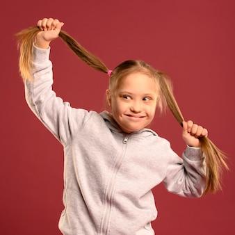 Portret van schattig jong meisje poseren