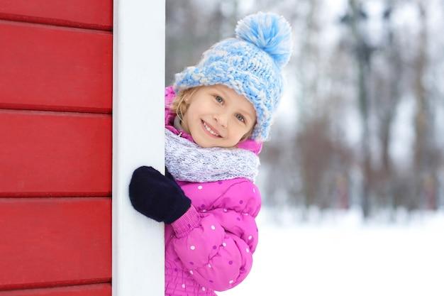 Portret van schattig klein meisje buiten op winterdag