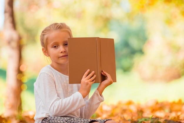 Portret van schattig klein meisje buitenshuis op mooie herfst