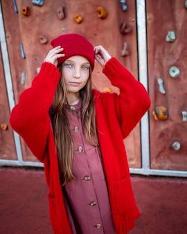 Portret van schattig klein meisje met blauwe ogen staan