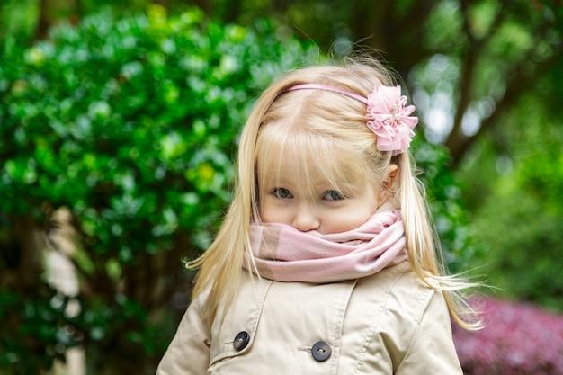 Portret van schattig klein meisje met blonde haren in het park