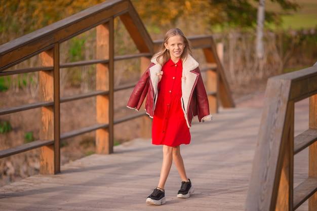 Portret van schattig klein meisje met gele bladeren boeket in de herfst
