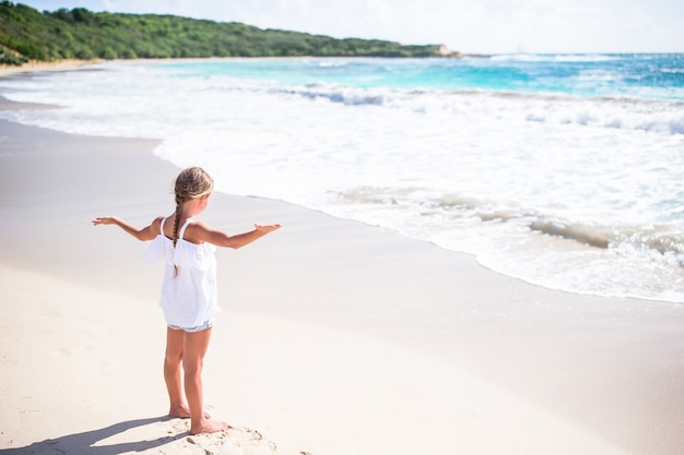 Portret van schattig klein meisje op het strand op haar zomervakantie