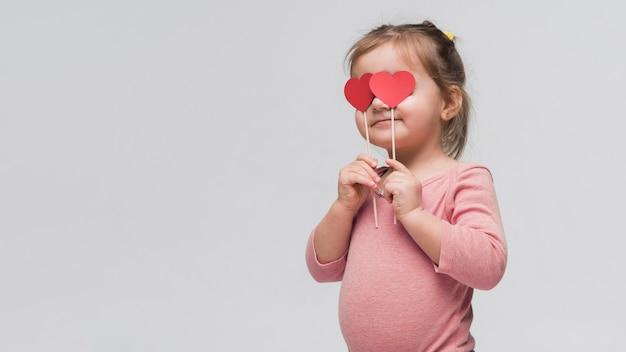 Portret van schattig klein meisje poseren