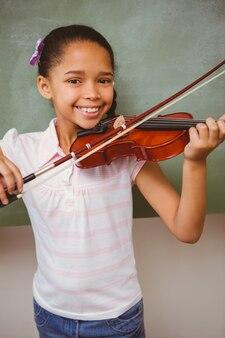 Portret van schattig klein meisje spelen viool
