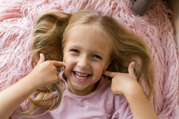 Portret van schattig klein meisje