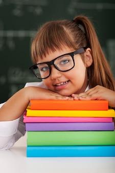 Portret van schattig klein schoolmeisje