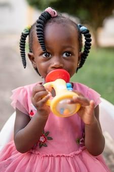 Portret van schattig klein zwart meisje