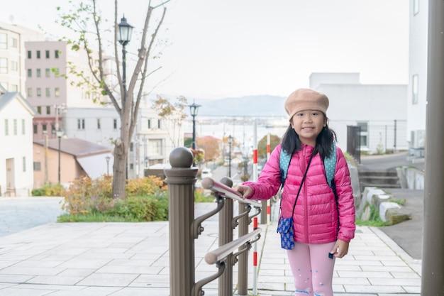 Portret van schattig meisje dragen roze donsjack in hakodate
