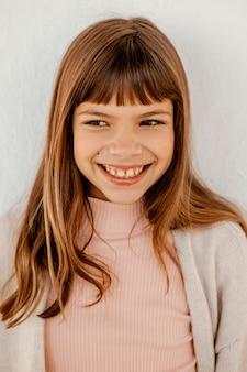 Portret van schattig meisje glimlachen