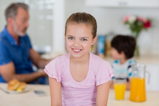 Portret van schattig meisje glimlachend in de keuken