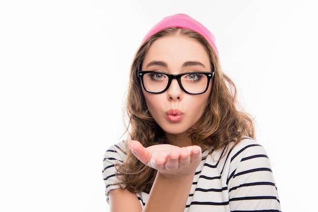Portret van schattig meisje in hoed en bril lucht kus verzenden