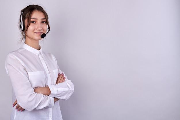 Portret van schattig meisje met gevouwen armen die een headset dragen