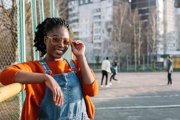 Portret van schattig meisje poseren met zonnebril