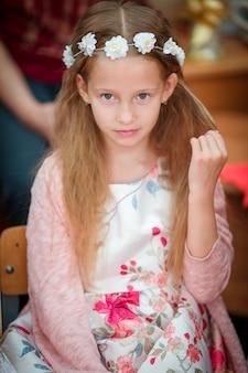 Portret van schattig mooi meisje binnenshuis