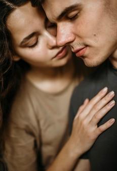 Portret van schattig paar verliefd