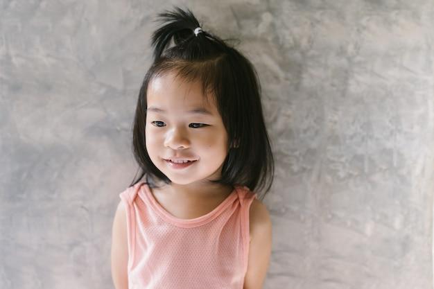 Portret van schattige aziatische meisje permanent