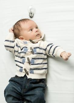 Portret van schattige baby met gloeiende gloeilamp