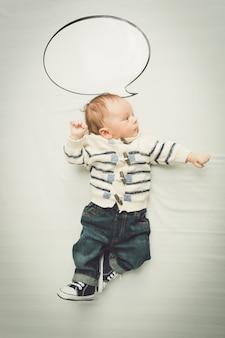 Portret van schattige babyjongen poseren met lege tekstballon