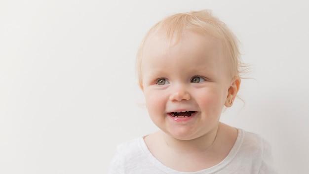Portret van schattige babymeisje glimlachen