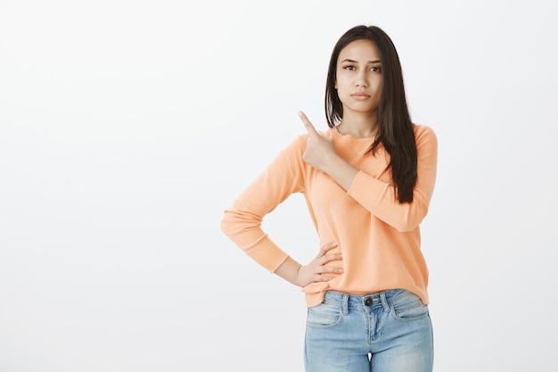 Portret van schattige gelooide brunette in vrijetijdskleding
