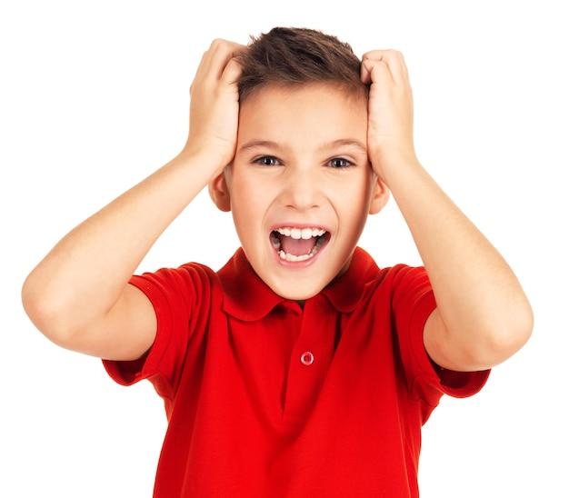 Portret van schattige jonge gelukkige jongen met heldere uitdrukking camera kijken