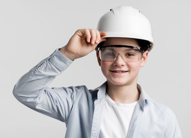 Portret van schattige jonge ingenieur poseren