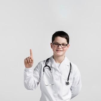 Portret van schattige jonge jongen die omhoog wijst