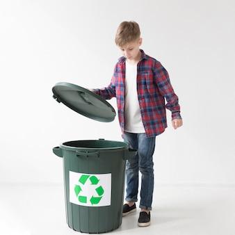 Portret van schattige jonge jongen graag recyclen