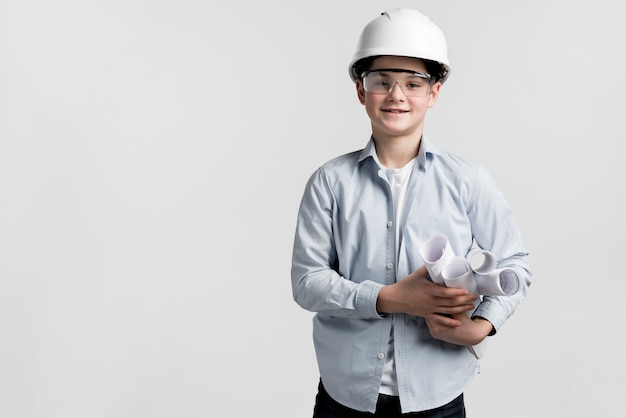 Portret van schattige jonge jongen met helm