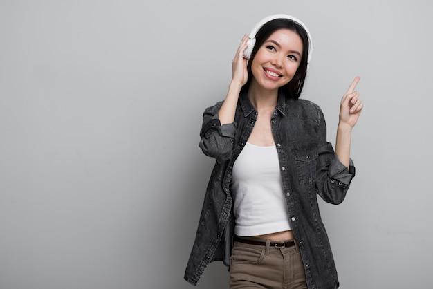 Portret van schattige jonge vrouw luisteren naar muziek