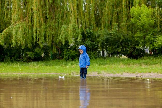 Portret van schattige jongen jongen spelen met handgemaakte schip