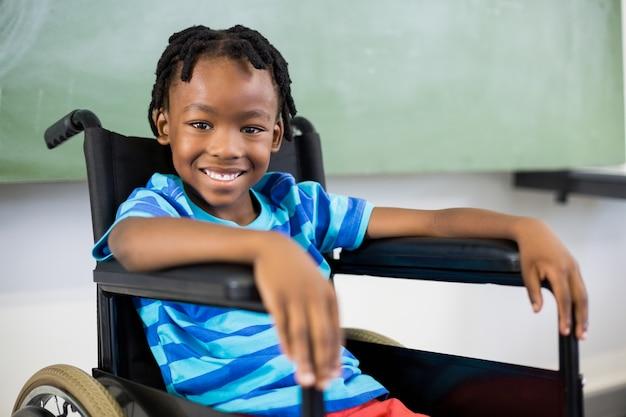 Portret van schattige jongen zittend op rolstoel