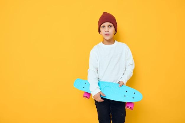 Portret van schattige jongens casual blauwe skateboard studio poseren