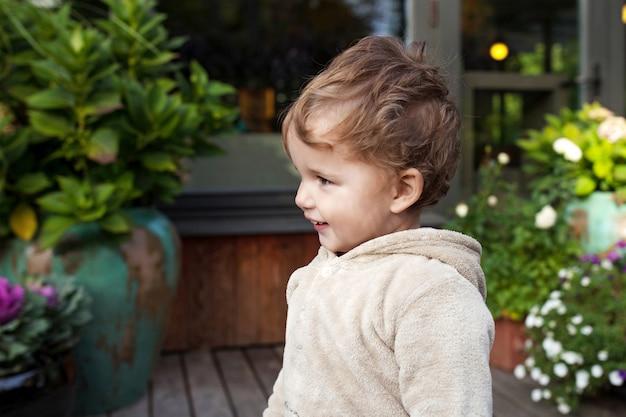 Portret van schattige kleine jongen. gelukkig lief kind buiten. kijk opzij