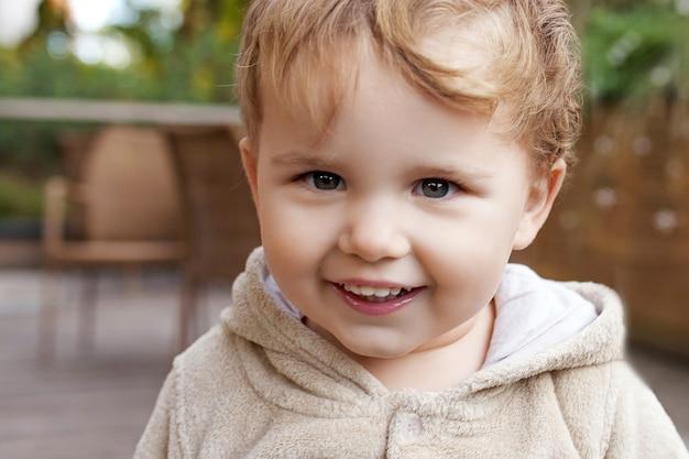 Portret van schattige kleine jongen. gelukkig lief kind dat naar de camera kijkt