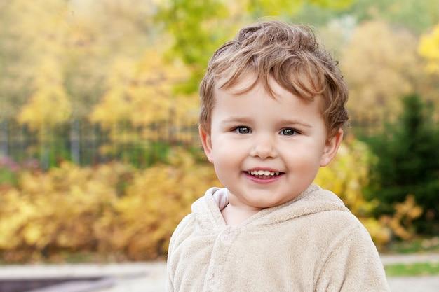 Portret van schattige kleine jongen. gelukkig lief kind