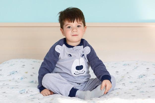 Portret van schattige kleine jongen in pyjama