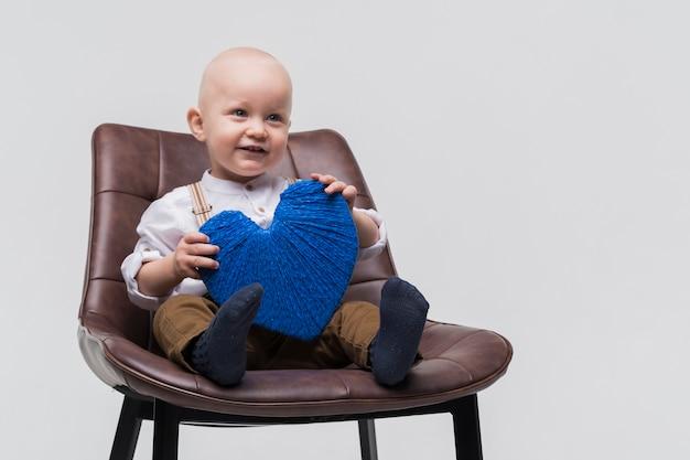 Portret van schattige kleine jongen lachen