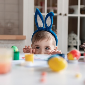 Portret van schattige kleine jongen met bunny oren