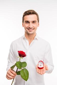 Portret van schattige lachende man, voorstel met trouwring