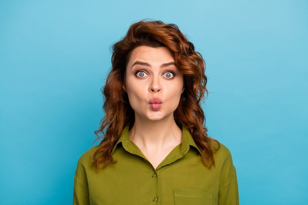 Portret van schattige lieve mooie mooie vrouw wil hebben grappige gek dwaze 14 februari viering stuur lucht kus draag goed kijken kleding geïsoleerd op blauwe kleur achtergrond