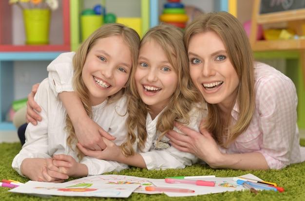 Portret van schattige meisjes met moeder op kunstles
