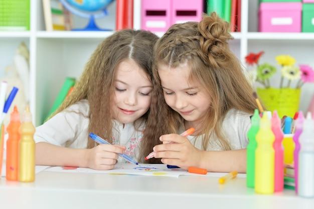 Portret van schattige meisjes op les van kunst