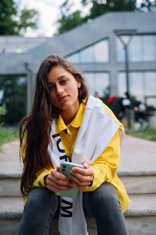 Portret van schattige mooie jonge vrouw met plezier en poseren buitenshuis.