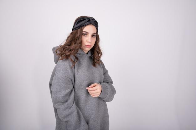 Portret van schattige tiener met bruin haar warme oversized hoodie dragen